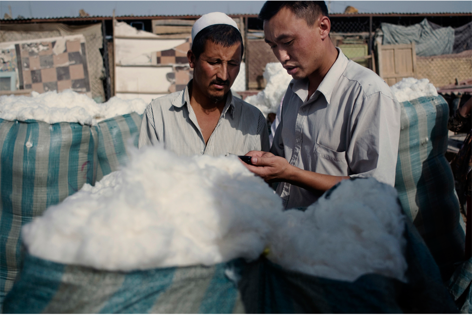 A Han businessman buys cotton from a Uighur at a market in Kashgar in 2008. In the bazaars of the southern crescent of Xinjiang, Han Chinese are a rare sight.