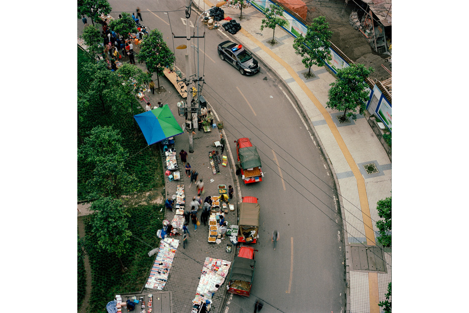 An improvised street market in the new development district of Jianbei allows urban farmers to come and sell their production.
