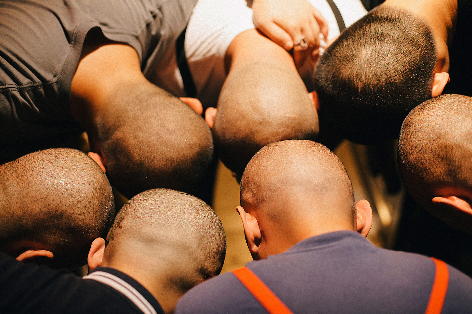 Following Bangbang's recommendation, the group touch their shaved heads together in a circle. When reviewing the photo on the camera screen, Ma laughed, 'Shit, what a bunch of meatheads!'