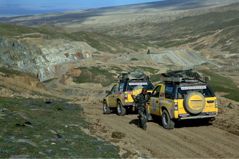 Mining below the Kunlun glaciers in Xinjiang. Photo by Yang Yong.