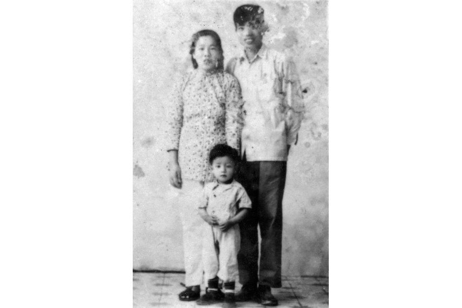 Cai Guo-Qiang with his mother, Wan Yuyan, and father, Cai Ruiqin, circa 1959. (Photo courtesy Cai Studio)