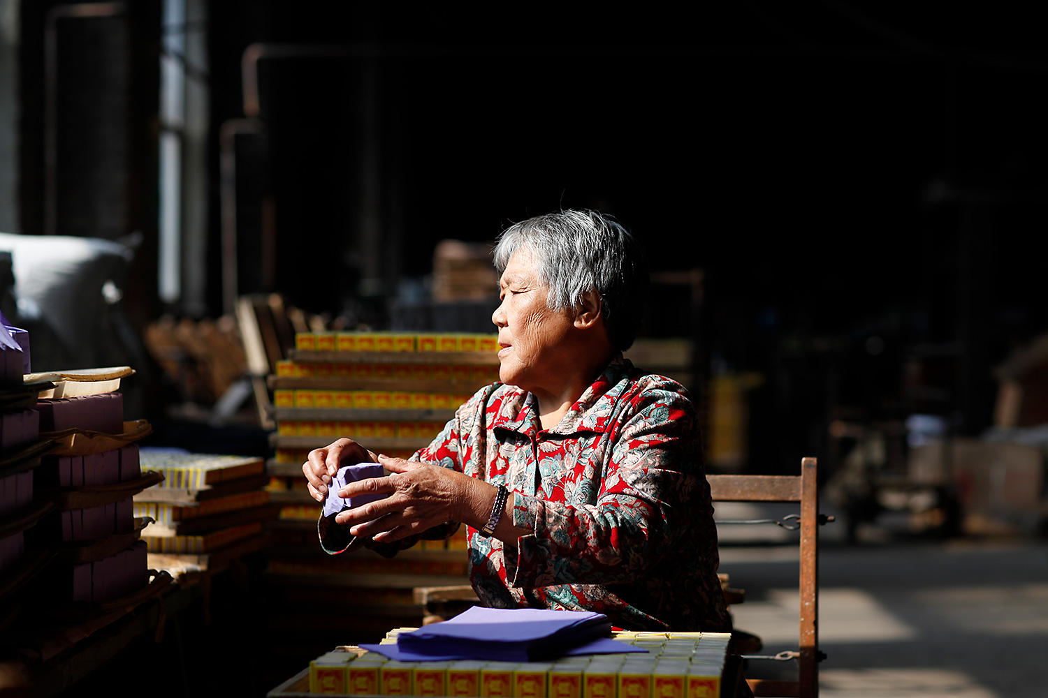 Although he has been officially retired for many years, 72-year-old Sun Guiqin still comes and works as a packer in the factory.