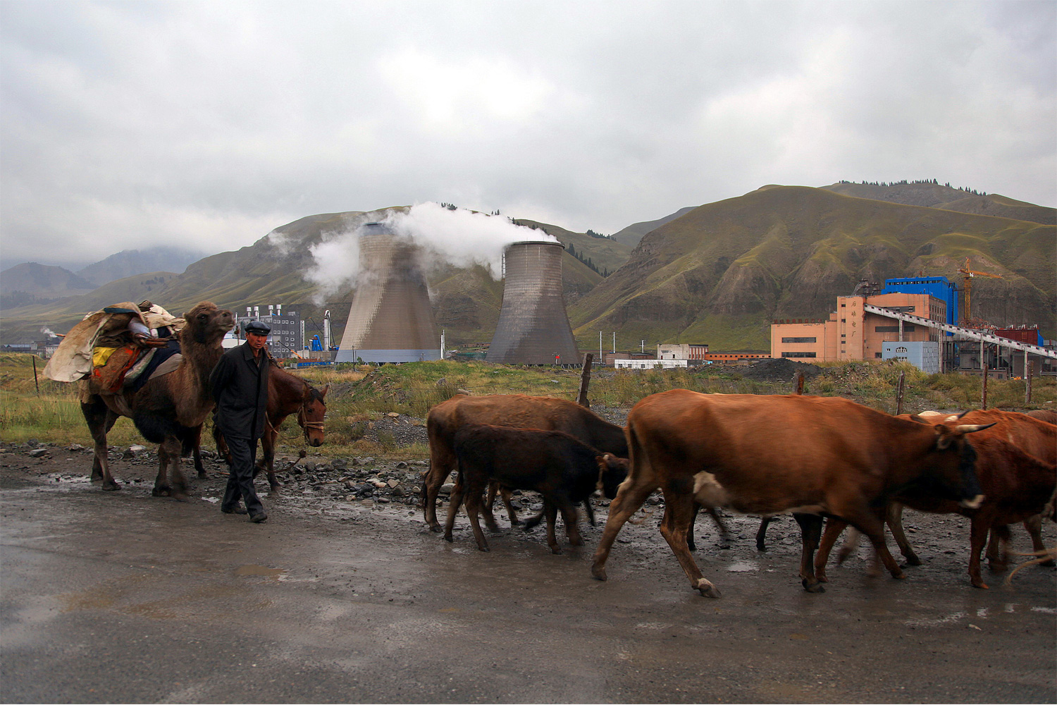 Polluting industry at the headwaters of the Urumqi River in Xinjiang. Photo by Yang Yong.