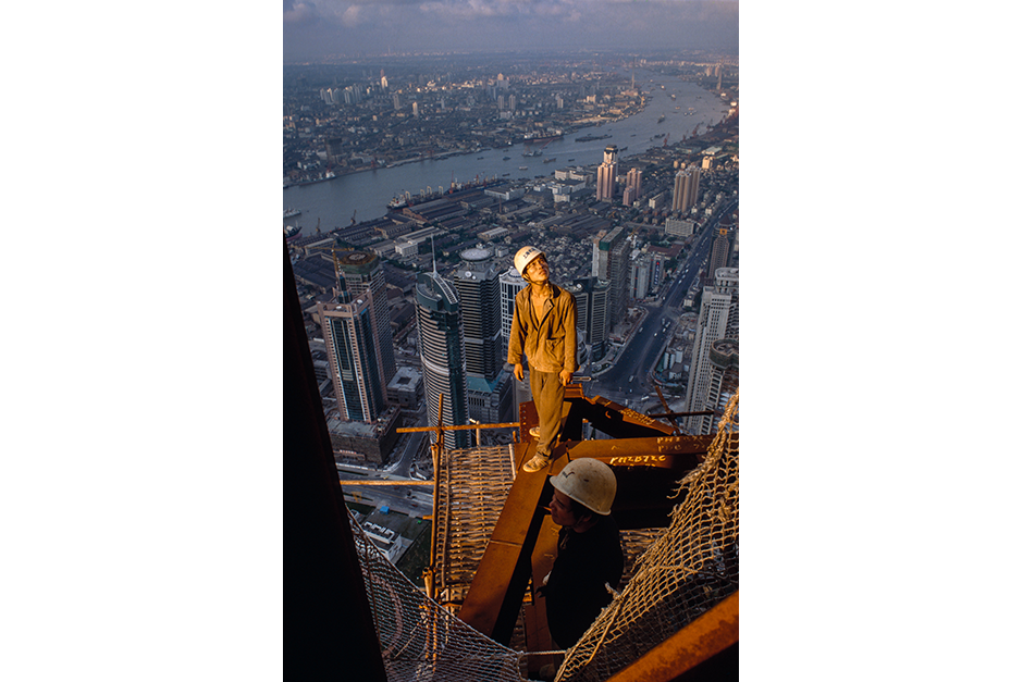 A former farmer from Zhejiang province erects scaffolding on the 87th floor of the Jin Mao Tower in the location now occupied by Cloud 9 lounge, 1997.