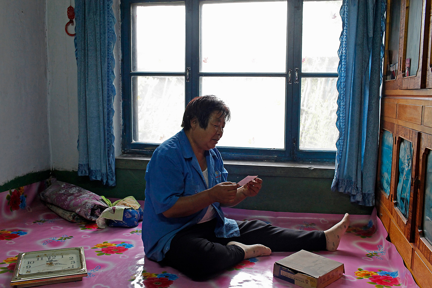 Before retiring, Tang Yuzhen was the factory's trade union chairwoman. She entered the factory as an ordinary worker at 16 and worked her way up to chairwoman, spending her entire youth in the factory. At 68, she is busy organizing her papers, and hopes to write a memoir about the match factory.