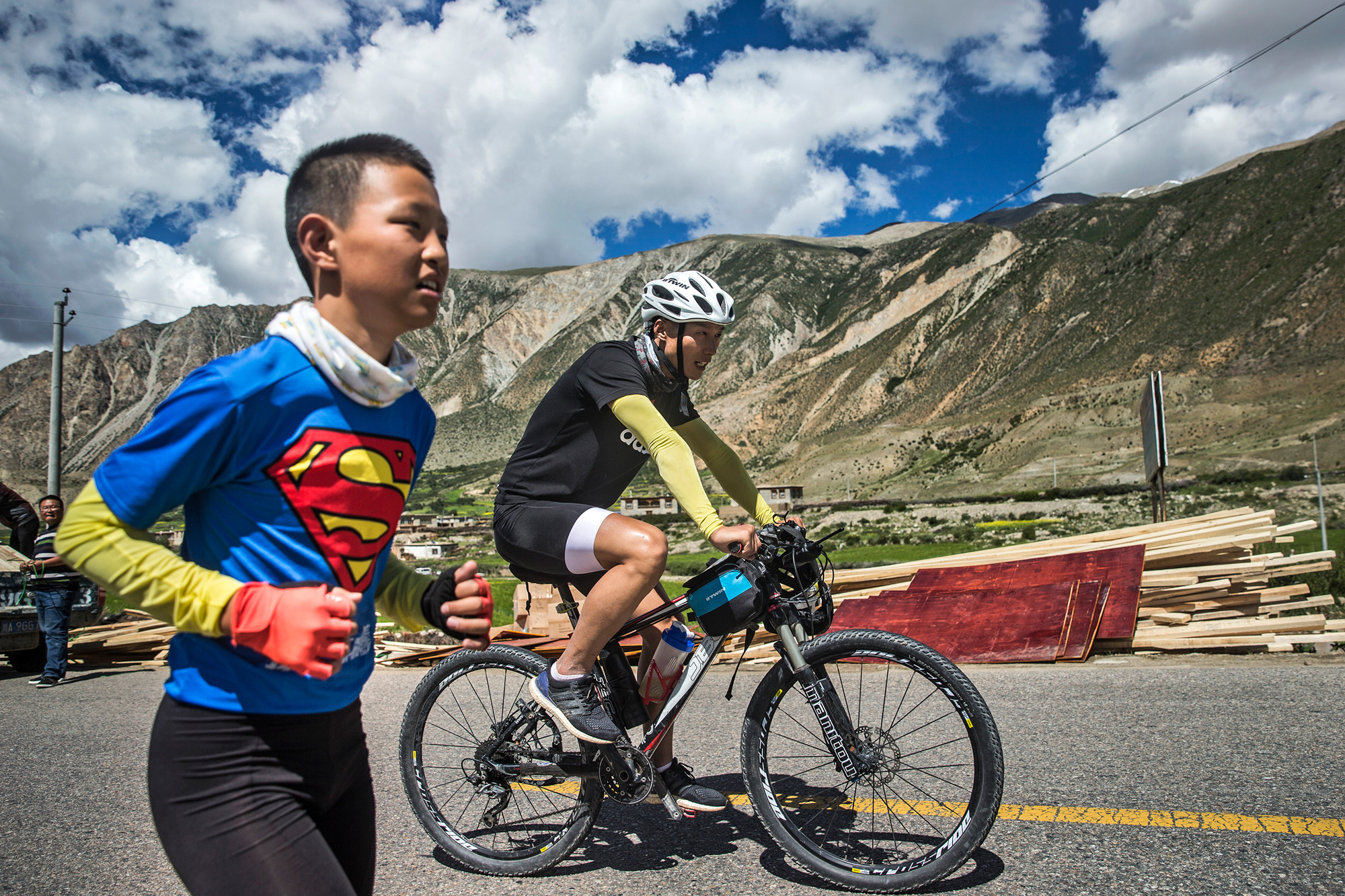 On the 16th day of the trip, on the way from Baxoi county to Rawu town, in Qamdo, Chao's bike chain broke, July 30. Unable to fix it, they ask a car to take the bike to a shop 124 miles away to be repaired. Chao and Runxi take turns riding Runxi's bike every one and half miles. While one bikes, the other one runs, at an altitude of over 13,000 feet. They do this for 12 miles until an injured biker lends them her bike.
