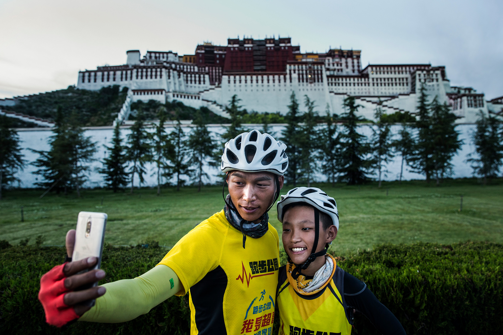 Chao and Runxi take a selfie in front of Potala Palace, the end-point of their 23-day bike trip, August 6.