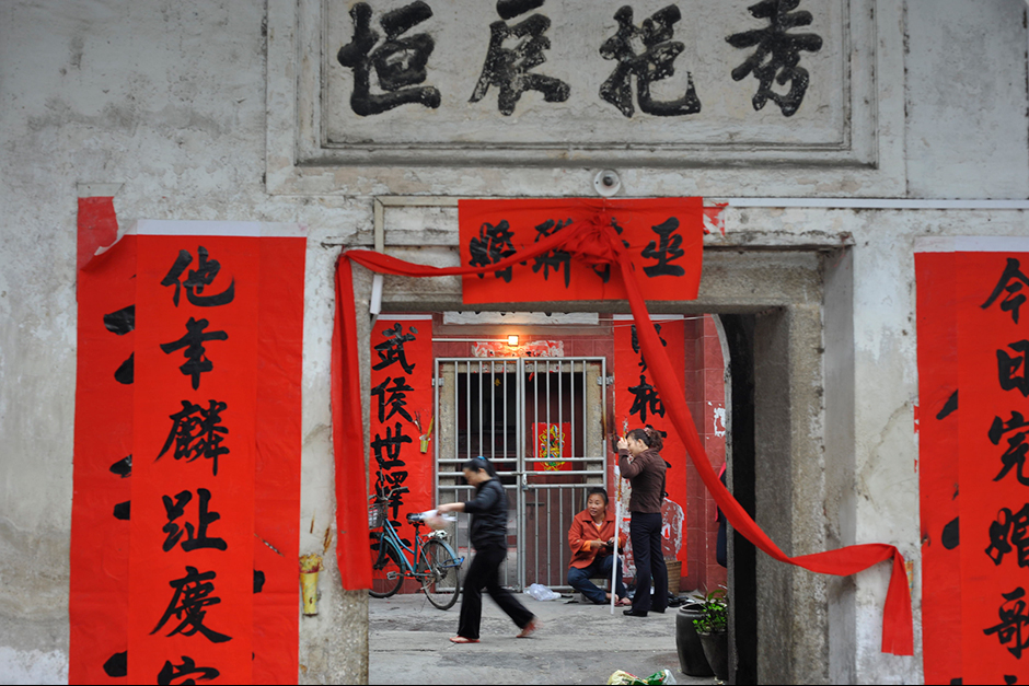 Wuwucun was first settled nearly 200 years ago by a Hakka minority clan surnamed Wu. Starting in 1996, the Wus moved to modern apartments, renting their old homes to the Chongqing migrants. On special occasions like weddings and the Spring Festival, the Wus return to hang red banners on the ancestral gate.