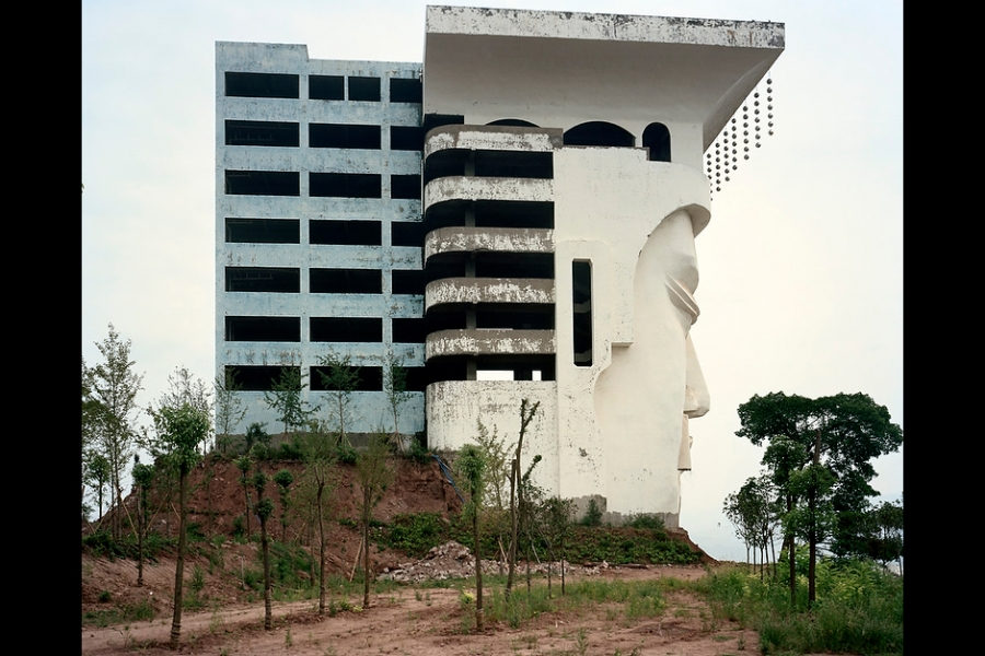 A building in the shape of the face of the Fengdu Emperor. The building was initially planned as a five-star hotel, but has been left half-finished for years.