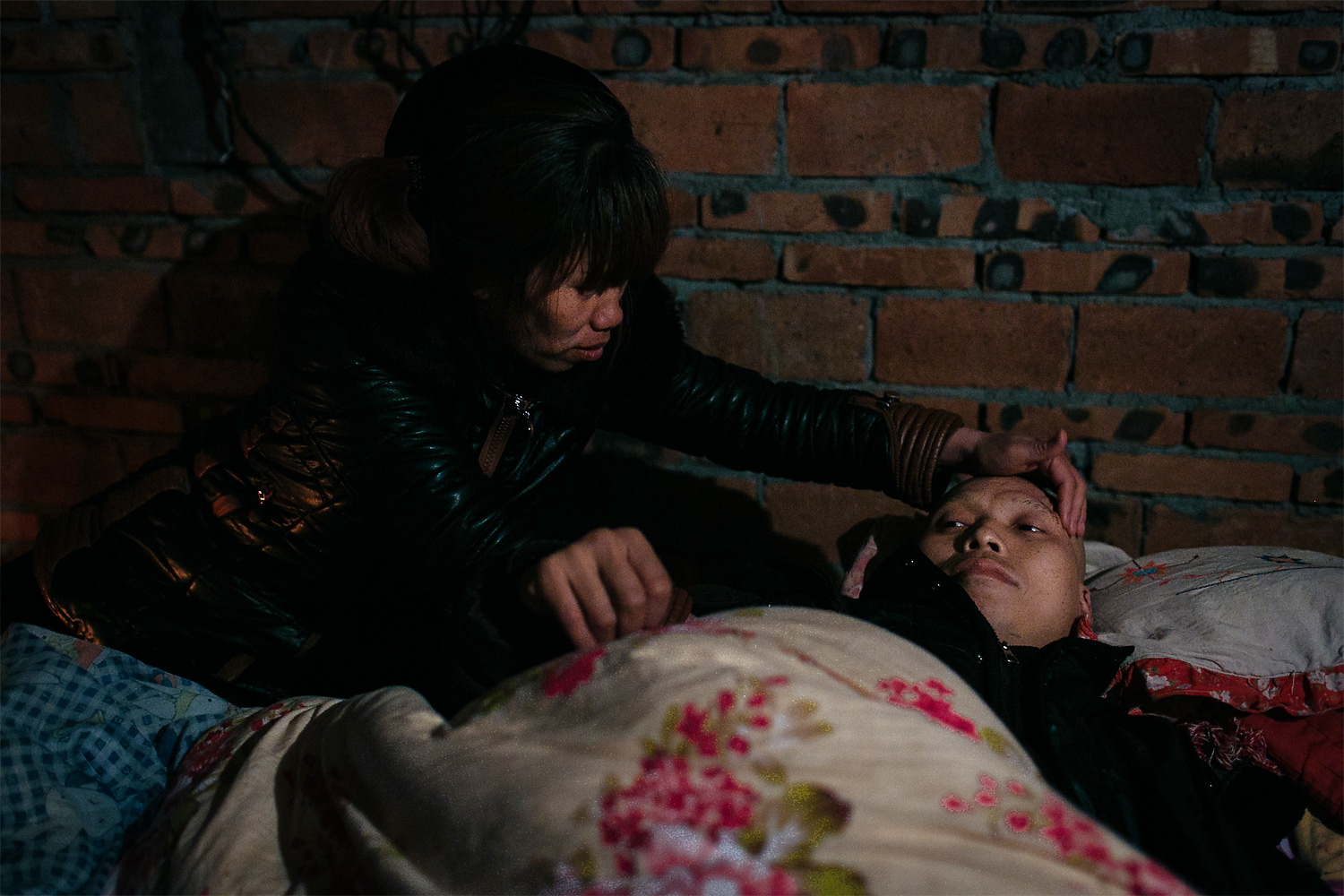 Ning Xianfang tries to comfort Li Mingjin. With no more money for treatment and unable to care for their daughters, the couple decided that the only thing left to do was to try to sell one of their daughters and hope for the best.