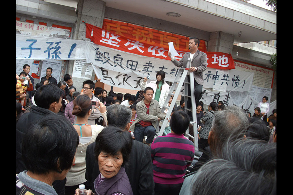 Protest leader Xue Jinbo gives a speech before the invalidated Village Party Committee, December 5, 2011.