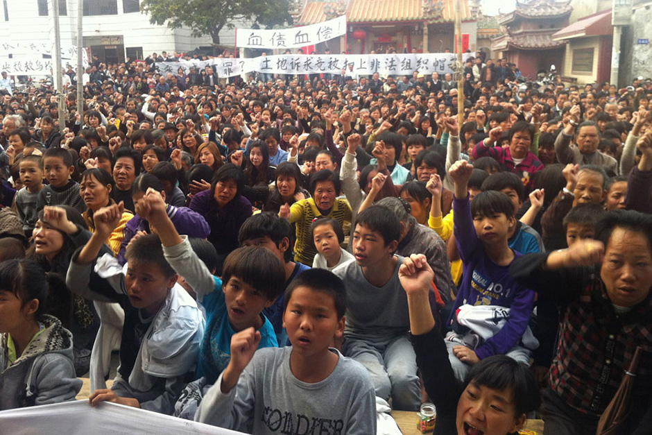 A crowd gathers at the Xianweng Opera Stage to hold a memorial meeting for Xue Jinbo.