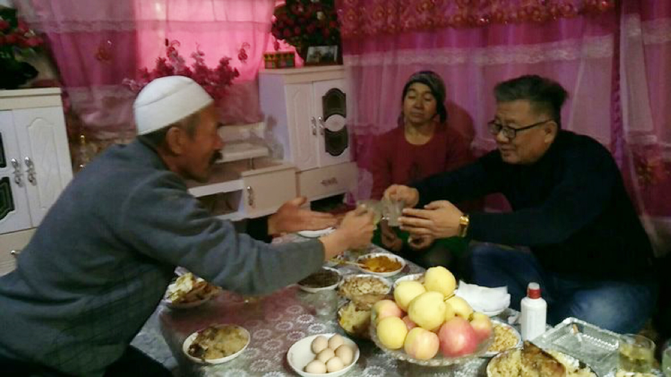 Liu Nian—Meipian Han memuru, evini ziyaret ettiği Uygur köylüsüne içki ya da sigara içip içmediğini sorar ve ikisi birlikte içki içerler. Bu görüntü, Han memurunun, sosyal medya platformu Meipian'a, aile yanında yaşadıklarıyla ilgili yazdığı bir günlük makalesinde yayınlandı.