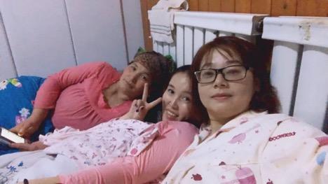 Sincan Komünist Gençlik Birliği —WeChat İki sivil işçi (sağda) Uygur ev sahipleriyle bir yatağı paylaşıyorlar. Fotoğraf, Sincan Komünist Gençlik Birliği sosyal medya platformu WeChat üzerinden alınmıştır.