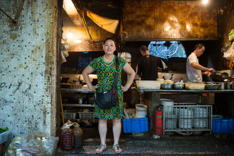 Jiang Shijun is the manager of the eatery Du Laowu's Midnight Beer on Tiyu Road. The restaurant is one of about ten locations operated by the family in Chongqing. According to Jiang, the street-side restaurant usually serves about 1,000 people a night and is open seven days a week.