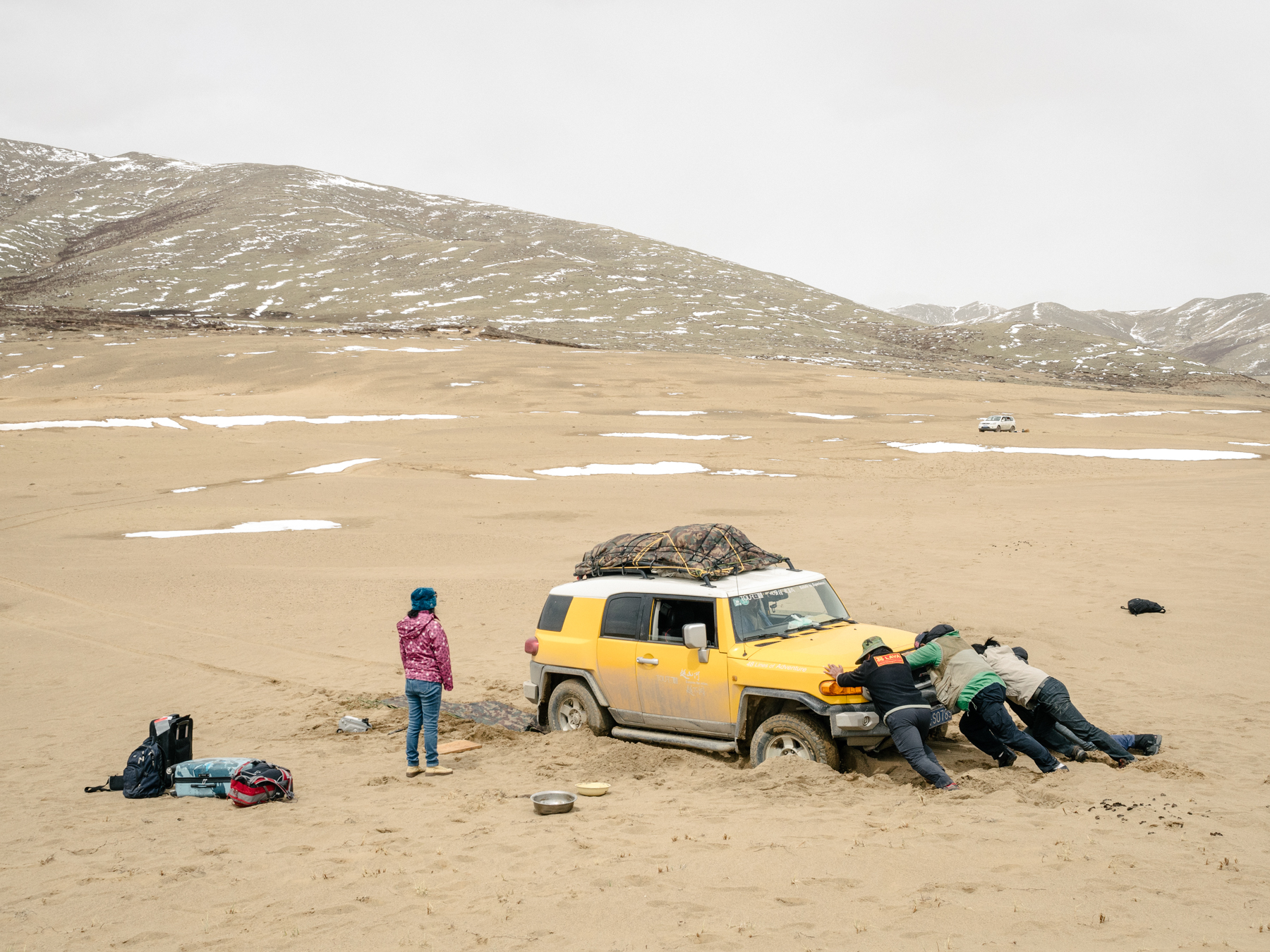 On the border of an unnamed desert that has only formed in the past few years, the team tries to maneuver a car stuck in the sand while in search of a camp site.