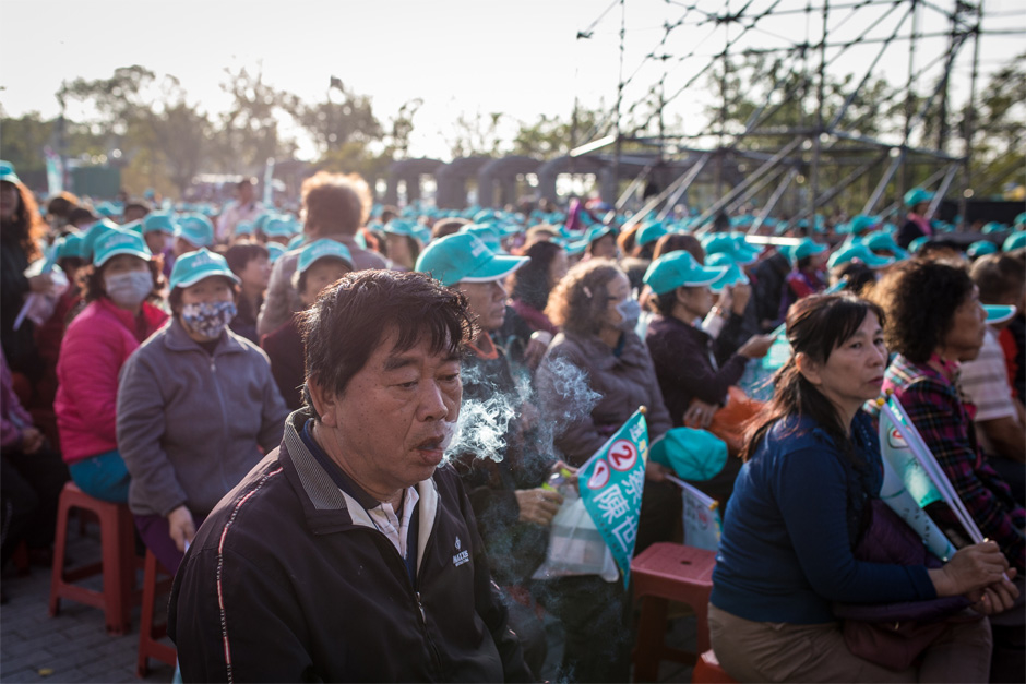 Supporters wait for a DPP rally to begin in the Shalu district of Taichung.