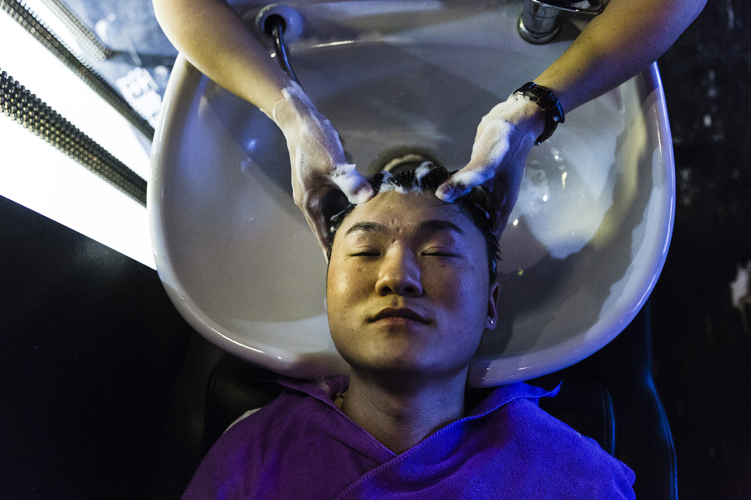 Software engineer and Puamap student Jiang Shuai gets his hair styled at a salon, May 15, 2015.