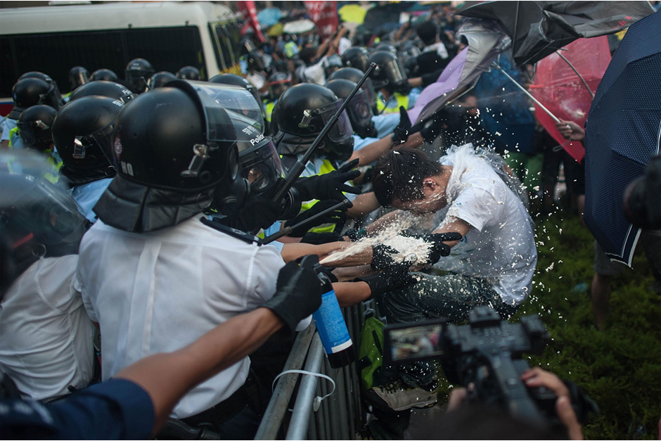 Protesters clash with riot police. (Photo by Anthony Kwan/Getty Images)