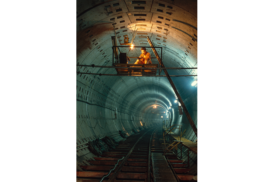 Construction of the second Yan'an tunnel in Lujiazui under the Huangpu River to connect Pudong with Puxi, 1998.